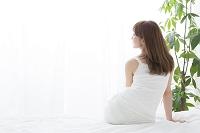 座る日本人女性の後ろ姿