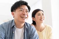テレビを見る日本人夫婦