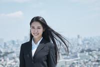 髪がなびく日本人ビジネスウーマン