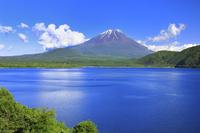 山梨県 残雪の富士山と本栖湖