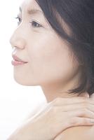 肩に手を置くミドル日本人女性
