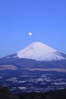 静岡県 未明の富士山に沈む満月と御殿場市