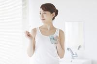 歯を磨く日本人女性