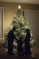 クリスマスツリーを飾る外国人家族