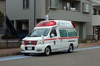 赤色灯を点滅させる救急車