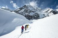 イタリア 雪山を登るスキーヤー