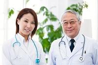 笑顔の男性医師と医者