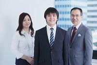 新入社員を囲む先輩日本人ビジネスパーソン
