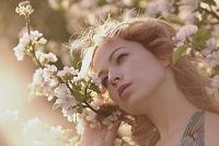 花の枝を持つ女性