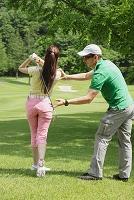 ゴルフのレッスンを受ける女性