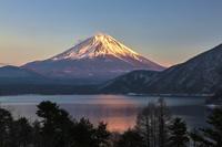 山梨県 本栖湖からの富士山の夕暮れ
