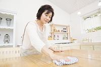ダイニングテーブルを拭くシニア日本人女性