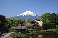山梨県 忍野八海より民族資料館と富士山
