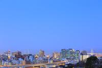 神奈川県 夕暮れの街並みと横浜ベイブリッジ