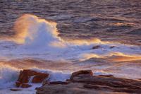 和歌山県 千畳敷海岸 夕日に染まる風波