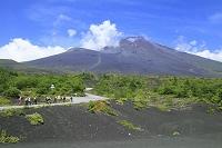 静岡県 御殿場登山口(新五合目) 夏の富士山と登山客