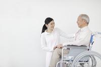 車椅子に乗るシニアと介護士