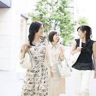 街中を歩く日本人女性