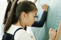 教室で板書する日本人の小学生