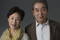 笑顔の日本人のシニア夫婦