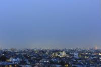東京都 夕暮れの住宅街の家並み