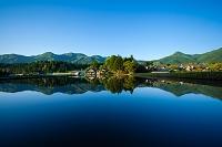 岡山県 田圃の水鏡に映る山里