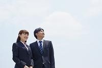 遠くを見る日本人ビジネスパーソン