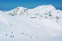 富山県 室堂の雪稜と奥大日岳右の山