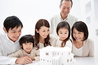 建築模型を見ている3世代日本人家族