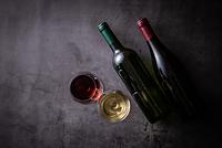 2杯のワインとボトル