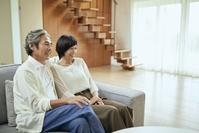 リビングで寛ぐ日本人中年夫婦