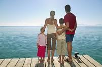 海を眺める外国人家族