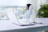 ノートパソコンと休憩中のビジネスマン
