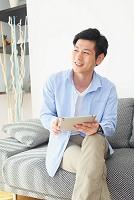 ソファでくつろぐ日本人男性