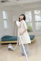 掃除をしながら肩を気にする女性