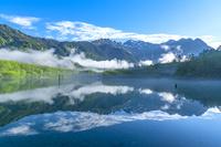 日本 長野県 上高地大正池と穂高連峰