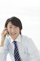 オフィスで電話をする男性