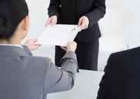 履歴書を受け取る女性面接官