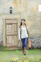 トランクを持ち旅行する若い日本人女性