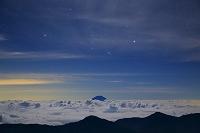 静岡県 南アルプス赤石岳より見る雲海に浮かぶ富士山とオリオン座