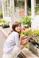 花屋さんにいる女性