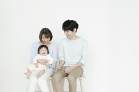椅子に座る日本人家族