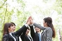ハイタッチをする日本人の新入社員
