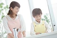 皿洗いをする日本人親子