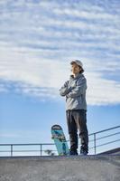 スケートボーダーの若者