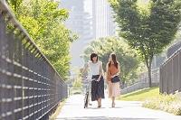 友人と並んで歩く日本人女性