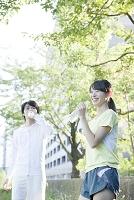 水を飲む日本人男女