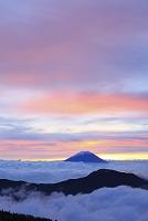 静岡県 富士見平 夜明けの富士山と雲海の山並み