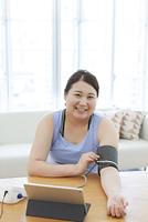 血圧を測る太った女性