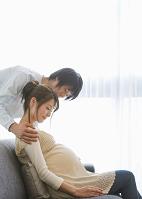 妊婦の妻をいたわる夫